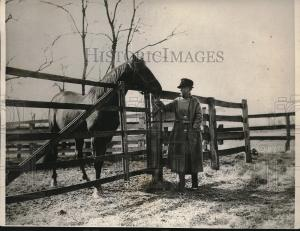 MAN O' WAR'S sire, FAIR PLAY, is shown here receiving a visit from ELIZABETH KANE.